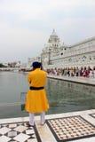 治安警卫在金黄寺庙,阿姆利则,旁遮普邦,印度前面站立了 免版税库存图片