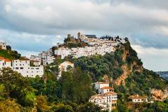 安达卢西亚的白色村庄镇用增白剂擦卡萨雷斯,安大路西亚,西班牙 免版税库存图片