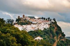 安达卢西亚的白色村庄镇用增白剂擦卡萨雷斯,安大路西亚,西班牙 免版税库存照片