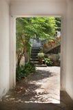 安达卢西亚的露台在有一些黏土花盆的科多瓦 旅行背景和空的拷贝空间 免版税图库摄影