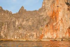 安达曼海峭壁和驾驶在晚上太阳的小渔船 免版税图库摄影