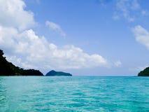 安达曼海透明的大海和蓝天在素林海岸公园在Phangang 免版税图库摄影