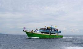安达曼海,泰国- 2013年10月26日:乘客在开放海洋特写镜头的帆船 免版税库存图片
