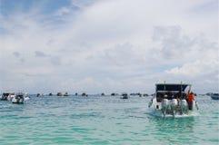 安达曼海,泰国- 2013年10月27日:海旅行,丰足客船在开放海洋 库存照片