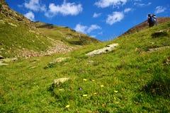 安道尔的山的远足者 免版税库存照片