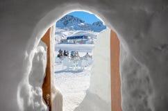 安道尔- 2015年1月06日:从冰洞的看法到滑雪lif 库存照片