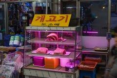 安阳,韩国- 2019年1月13日:商店在安阳主要市场上的卖狗肉 免版税库存图片