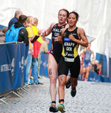 安雅Knapp和露西跑在三项全能竞争中的霍尔 免版税库存照片