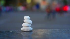 安静和凝思的概念标志在城市熙来攘往和交通的背景 石头海小卵石以形式 股票录像