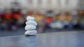 安静和凝思的概念标志在城市熙来攘往和交通的背景 石头海小卵石以形式 股票视频