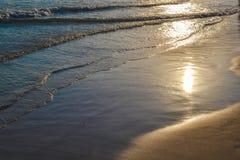 安静在沙子挥动 太阳在水中被反射 免版税图库摄影