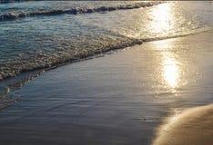 安静在沙子挥动 太阳在水中被反射 图库摄影