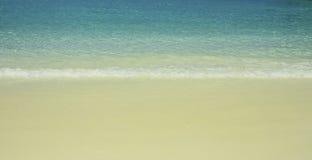 安静在沙滩挥动 免版税库存照片
