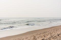 安静在海滩挥动 免版税库存照片