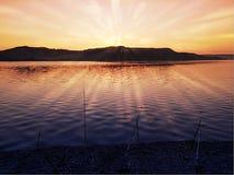 安静的岸的湖在一光亮的天空和吻合风景 免版税图库摄影