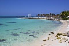 安静的海滩在坎昆,墨西哥 库存图片