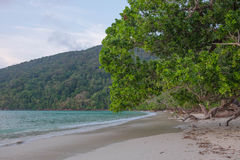 安静的海滩在普吉岛海岛 免版税库存图片