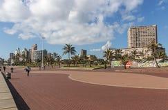 安静的清早被铺的散步海滩前在德班 免版税库存图片