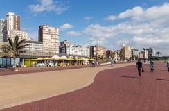 安静的清早被铺的散步海滩前在德班 免版税图库摄影