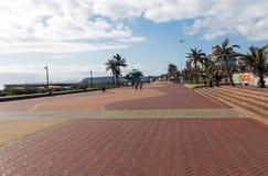 安静的清早被铺的散步海滩前在德班 免版税库存照片