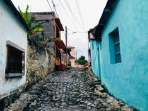 安静的狭窄修补了F小殖民地镇的街道  免版税库存照片