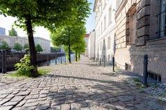 安静的空的小巷在历史的区,沿一条河,在春天下午-柏林,米特区, 2018年 库存图片