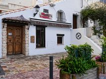 安静的角落的餐馆在11月在马尔韦利亚安达卢西亚西班牙 库存照片