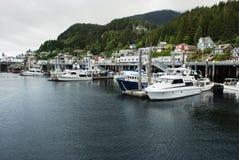 安静的系泊和家俯视港口, Ketchikan,阿拉斯加的土坎的 免版税库存图片