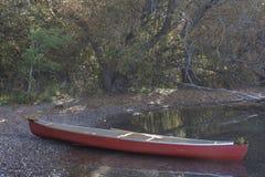 安静的水的研究在独木舟的 免版税库存照片