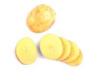完全切在明亮的背景隔绝的土豆 一个整个雅致的土豆 充分产品淀粉 幻想收获蒙太奇季节 免版税库存照片