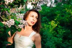 完全宁静和镇定的女孩在自然的一身美丽和庄重装束在春天在公园 图库摄影