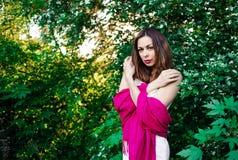 完全宁静和镇定的女孩在自然的一身美丽和庄重装束在春天在公园 免版税图库摄影