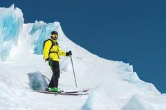 完全成套装备的一个讨便宜者的滑雪者在冰川站立在北高加索 免版税库存图片