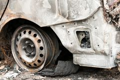 完全被破坏的汽车在火烧了在战区或在民用示范接近  库存图片