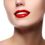 完善与白色健康牙和红色嘴唇,牙齿保护概念的微笑 与自然微笑的美好的少妇的面孔片段 库存图片