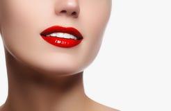 完善与白色健康牙和红色嘴唇,牙齿保护的微笑 库存照片