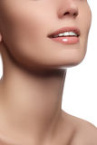 完善与白色健康牙和自然充分的嘴唇,牙齿保护概念的微笑 背景美好的表面片段查出s白人妇女年轻人 免版税库存图片