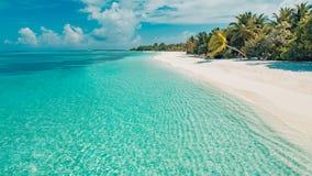 完善平静的海滩场面、软的阳光和白色沙子和蓝色不尽的海作为热带风景 库存照片
