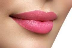完善微笑 美丽的充分的桃红色嘴唇 桃红色唇膏 光泽锂 免版税库存图片