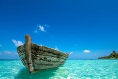 完善热带海岛天堂海滩和老小船 免版税图库摄影
