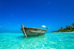 完善热带海岛天堂海滩和老小船 免版税库存图片
