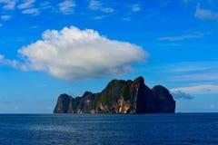 完善热带海岛天堂海滩和老小船 免版税库存照片