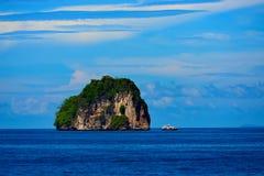 完善热带海岛天堂海滩和老小船 库存图片