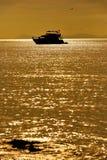 完善热带海岛天堂海滩和老小船 图库摄影