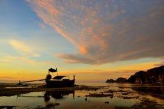 完善热带海岛天堂海滩和老小船 库存照片
