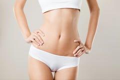 完善的亭亭玉立的妇女身体。饮食概念 免版税库存图片