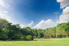 完善的公园和天空与云彩在公园 免版税库存照片