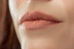 完善的嘴唇 性感的女孩嘴关闭 秀丽微笑妇女年轻人 免版税图库摄影