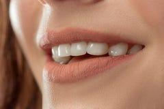 完善的嘴唇 性感的女孩嘴关闭 秀丽微笑妇女年轻人 库存照片