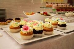 完善的奶油色蛋糕的陈列 免版税图库摄影